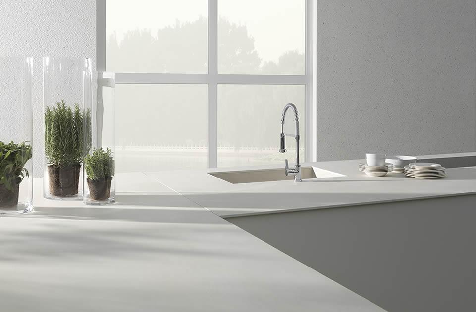 Použitie veľkoformátových a ultratenkých keramických obkladov na nábytok v kuchyni